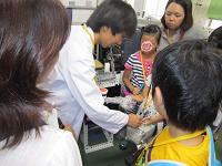 分析センター見学親子放射線量測定機器