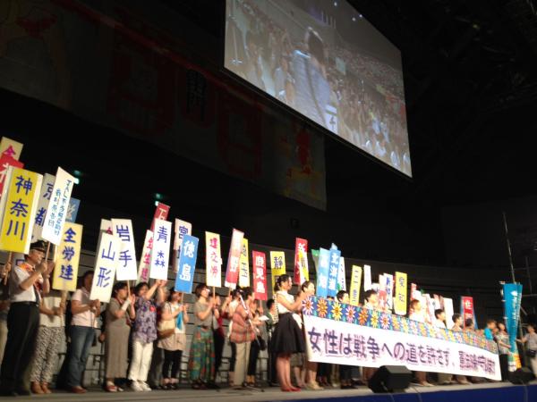日本母親大会8月24日全体会舞台の様子