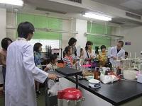 分析センター見学 手前に移動型放射能分析器