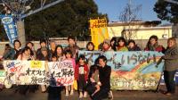 横田基地座り込みに参加の新婦人メンバーで記念写真❤