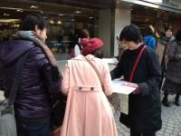 新宿西口で若いパパママも署名