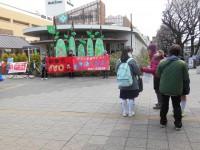 昭島駅でタペストリーもって